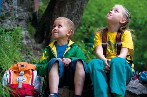Eltern freut euch! Der Jr. Alpin Trainer lässt sich vielseitig einsetzen und begleitet als stabiler Schuh die Kinder bei Outdoor-Aktionen, wie in der Schule.   Foto: Mit freundlicher Genehmigung von Salewa  Fotografin: Claudia Ziegler