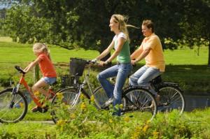 Ideal ist das Emsland für große und kleine Radfahrer. Unterwegs gibt es viel zu sehen: Vom Jagdschloss bis Freiluftmuseum gibt es überall spezielle Angebote für Kinder! Foto: Emsland Touristik GmbH