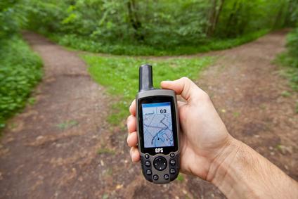 Links oder rechts? Solange das GPS Geräte läuft ist eine Weggabelung kein Problem. Doch was ist, wenn der elektronisch Pfadfinder ausfällt? © Markus Bormann - Fotolia.com