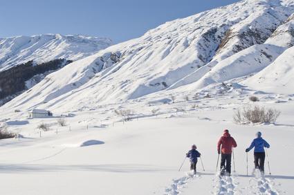 Das große Abenteuer wartet auf Familien im Winter! Mit Schneeschuhen sind sie abseits der ausgetrampelten Pfade unterwegs. © ARochau - Fotolia.com