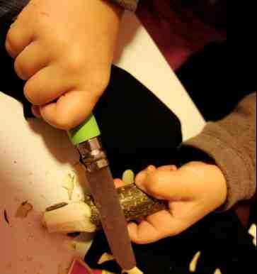 Für die Mütze vom Winterzwerg spitzt ihr ein Ende vom Ast an.Foto: (c) Kinderoutdoor.de