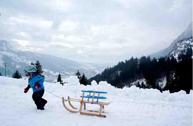 Alle guten Rodler tragen einen Helm! Was im Eiskanal von Berchtesgaden gilt, schützt auch auf den Naturrodelbahnen. Foto: (c) Kinderoutdoor.de