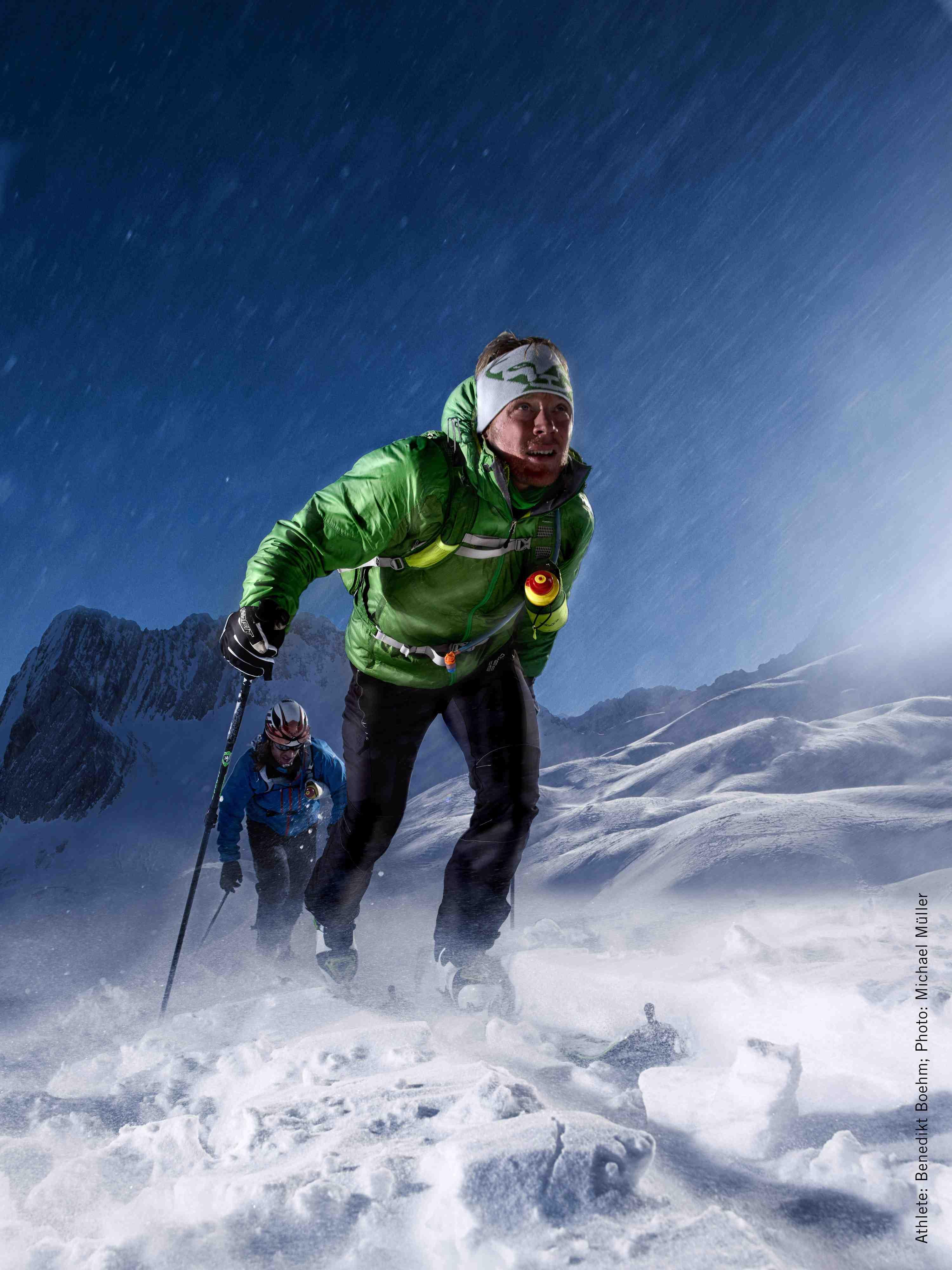 Profis wie der Extremskibergsteiger und Dynafit-Manager Benedikt Böhm wissen was in einen Tourenrucksack gehört und holen Informationen über die Wetter- sowie Lawinenlage vor dem Abmarsch ein.  Foto: (c) Dynafit