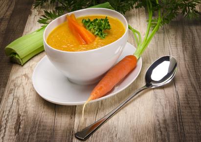 Wenn Kinder die Möhrensuppe selbst zubereiten, schmeckt sie ihnen garantiert!© Darius Dzinnik - Fotolia.com