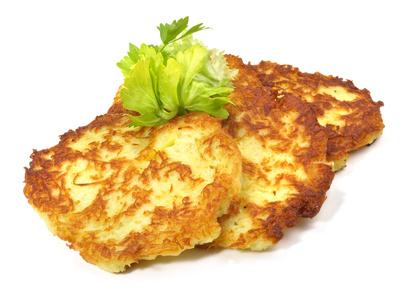 Lecker Essen für kleine und große Outdoorer: Kartoffelpuffer und wir verraten Euch, wie ihr ganz leicht eine Outdoor-Reibe bastelt.Foto: © ExQuisine - Fotolia.com