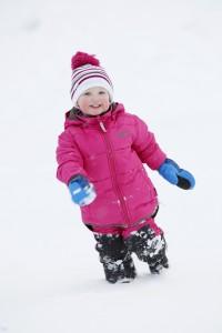 Toben im Schnee kann den Kindern richtig Spaß machen. Wenn ihnen warm dabei ist. Primaloft ist bei bekannten Herstellern, wie hier Helly Hansen, verarbeitet.Foto: (c) Helly Hansen / Primaloft