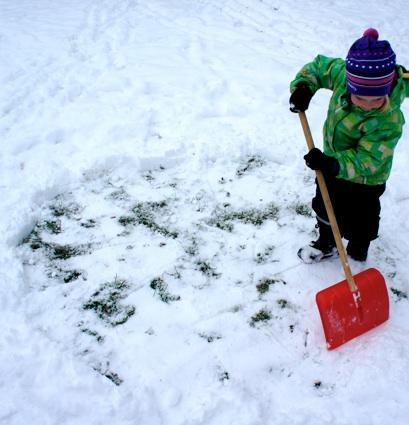 Die Grundfläche freischaufeln, damit das Fundament sicher steht.Foto: (c) Kinderoutdoor.de