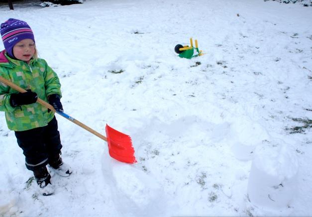 Schneekuchen backen für Anfänger: Den leeren Eimer mit Schnee füllen, festklopfen und umdrehen. Formt aus den Schnee-Kuchen einen Kreis. Die Zwischenräume mit Schnee ausfüllen.Foto: (c) Kinderoutdoor.de