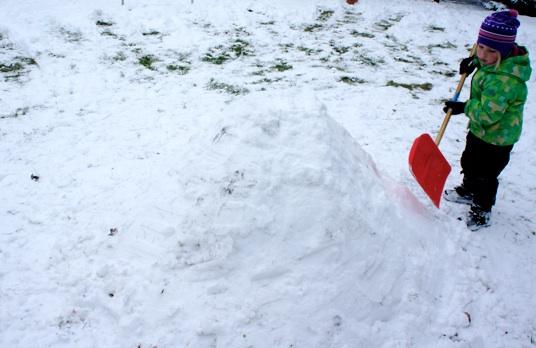 Immer wieder den Schnee festklopfen. Foto: (c) Kinderoutdoor.de