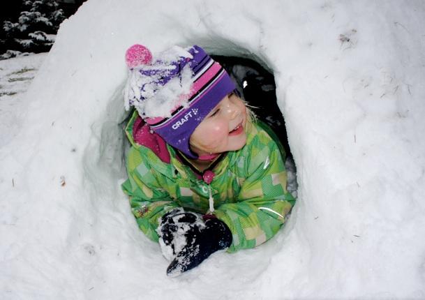 Fertig ist der Iglu und schon kann man darin übernachten oder spielen.Foto: Kinderoutdoor.de