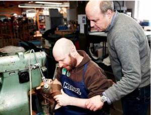 Lukas Meindl hilft einen Teilnehmer der Gore-Tex Experience Tour beim Fertigen des eigenen ISLAND Schuhs.Foto: (c) Markus Schmucker für Gore Tex