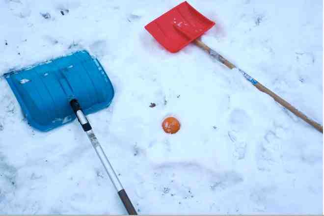 Die Utensilien für eine Schneekugelbahn hat sicher jeder zuhause: Schaufeln, eine Plastikkugel und Schnee.Foto: (c) Kinderoutdoor.de