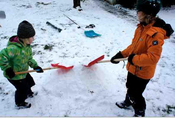 Zuerst fließt der Schweiß! Schaufelt einen Schneehaufen.Foto: (c) Kinderoutdoor.de