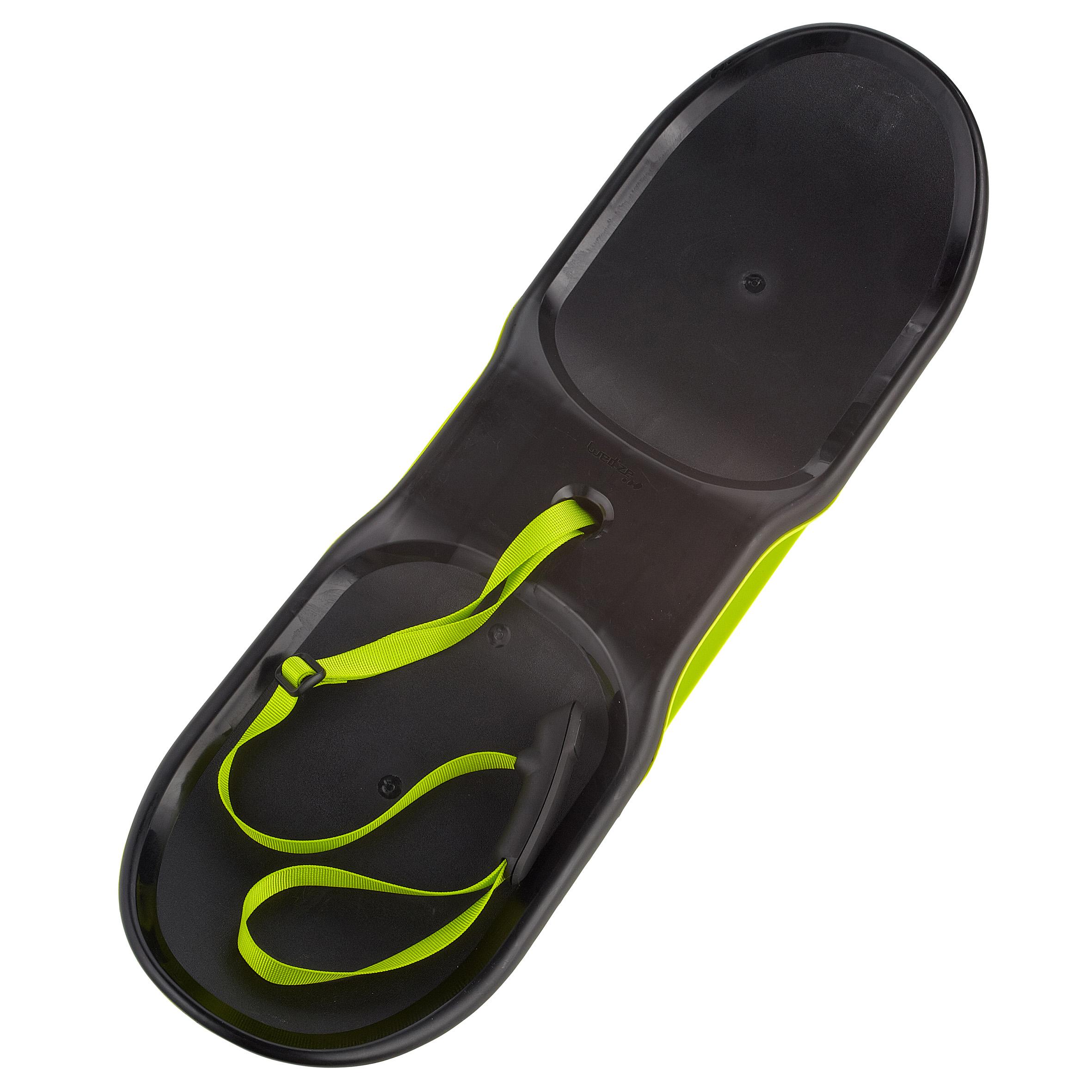 Mit dem Board Slide von Wed`ze (Eigenmarke von Decathlon) können die Kinder die Hänge im Stehen hinunter brettern oder sich darauf setzen.  Foto: (c) Decathlon