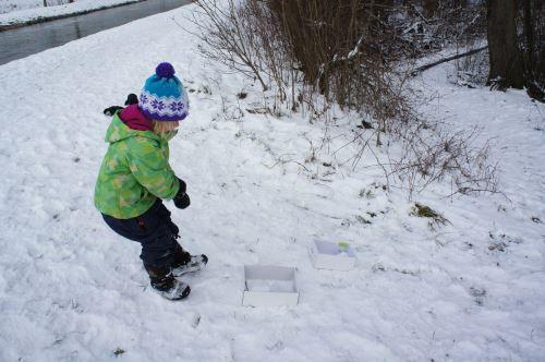 Der hat gesessen! Mit jedem Schneeball der den Karton trifft, rückt der Schneemann dem Ziel näher.  Foto: (c) Kinderoutdoor.de