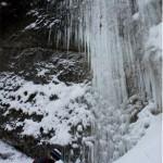 Überall an den Felswänden im Eistobel hängt das Eis. Foto:(c) Kinderoutdoor.de
