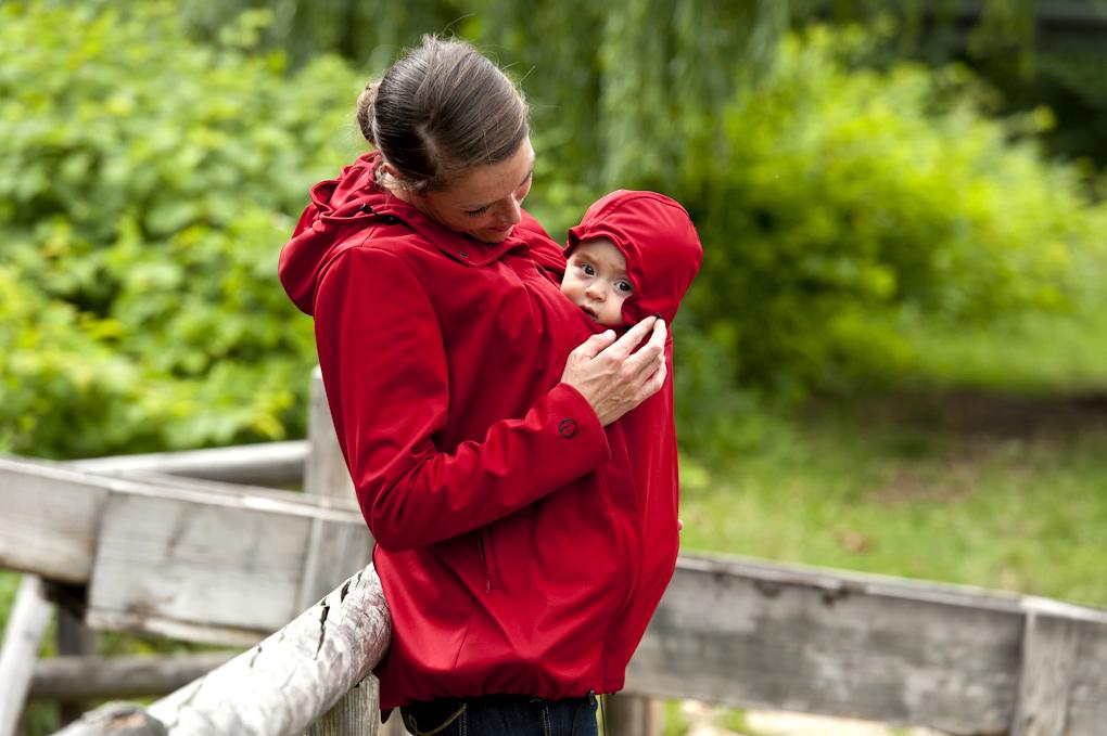 So lässt es sich gut draussen unterwegs sein: Das Baby am Bauch fühlt sich unter der Mamalilia pudelwohl!  Foto: (c) mamalila