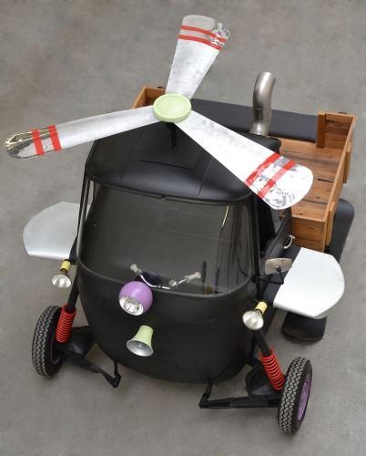 Ein Fliewatüt mit dem die Kinder abheben, aber die Eltern beim Einkaufen nicht die Wände hochgehen! Die Ladenbauexperten der Konrad Knoblauch GmbH stellten ein solches Gefährt auf. Foto: (c) Konrad Knoblauch GmbH