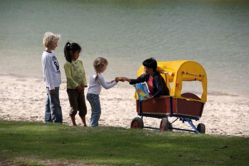 Mit dem Bollerwagen von Bergtoys ist der Spaß bei jedem Wetter garantiert. Für die Kinder zumindest. Foto: (C) Bergtoys