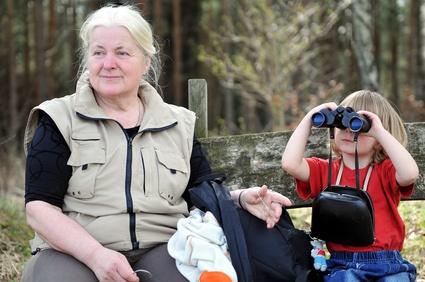 Am Zwergenweg auf dem Hasliberg ist auch an die Eltern und Großeltern gedacht. Während die Kinder an den Erlebnisstationen spielen, können sie sich ausrasten. Foto: © jörn buchheim - Fotolia.com