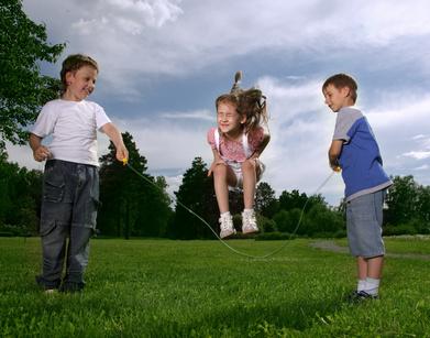 Mit einem Seil haben Kinder viele Spielmöglichkeiten. Foto: © Chepko Danil - Fotolia.com