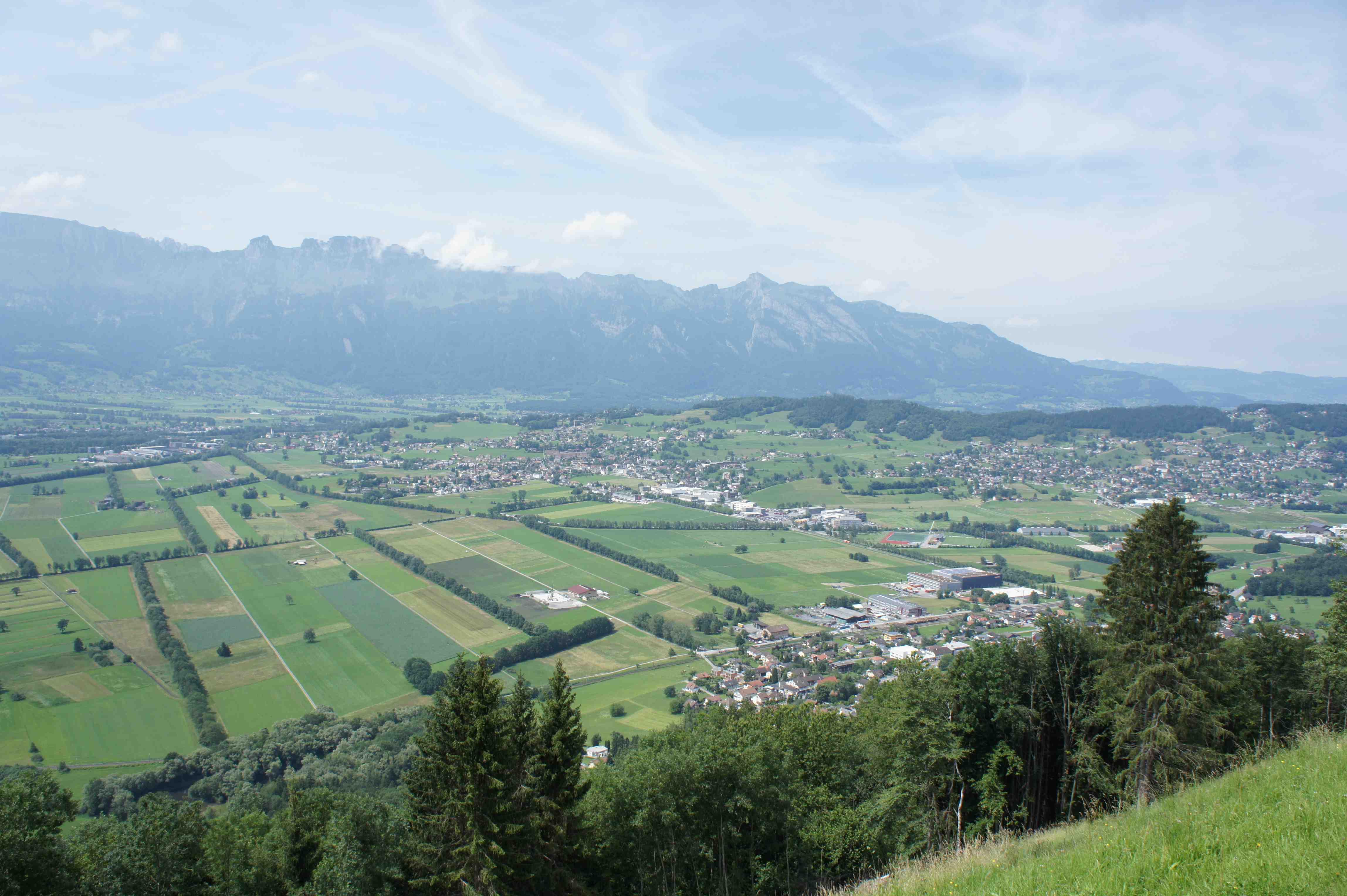 Blick auf Liechtenstein und das Obere Rheintal. Mit dem Fahrrad können Familien das Fürstentum auf 100 km Radwegen erkunden.  Foto: (c) Kinderoutdoor.de