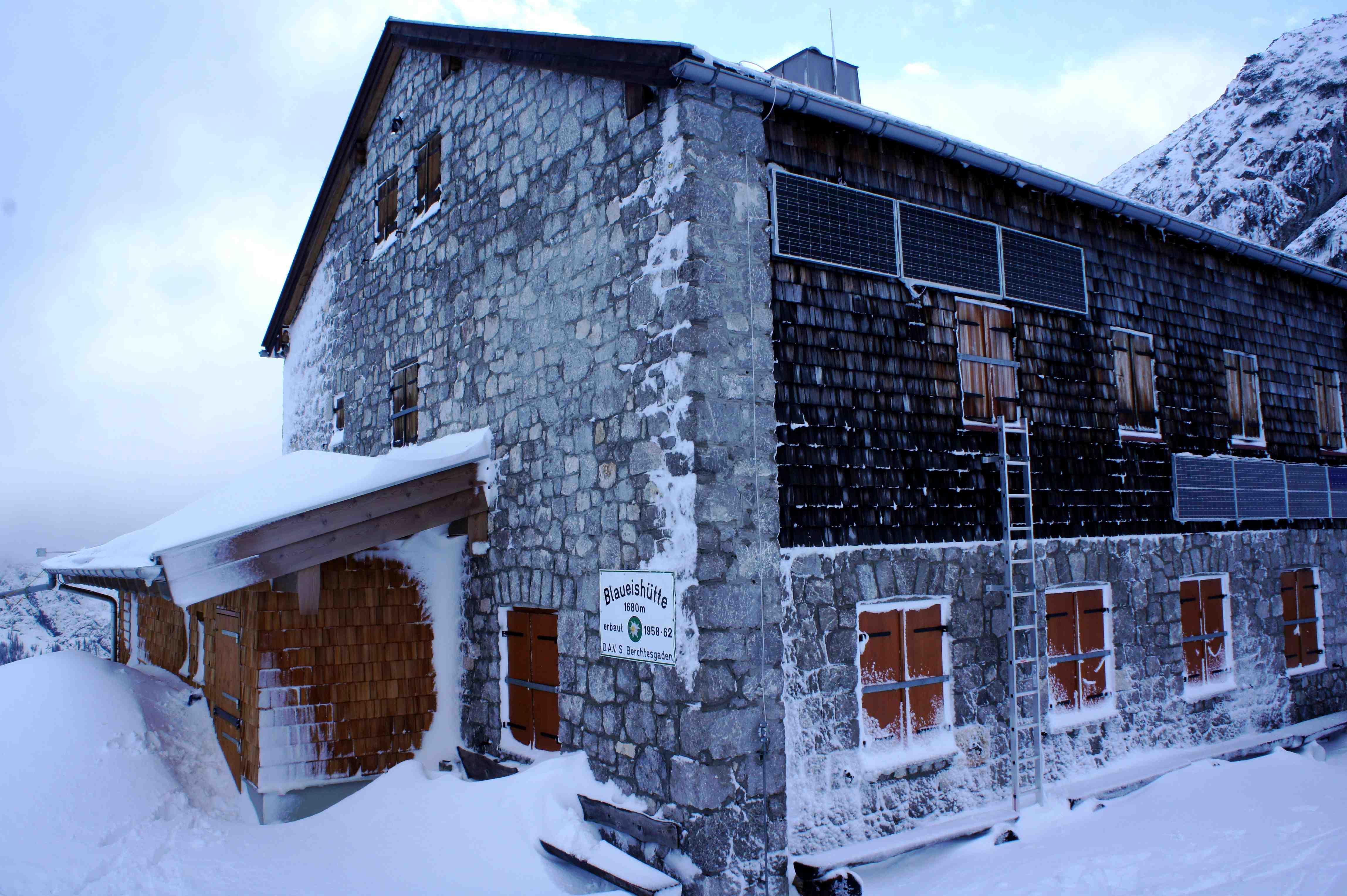 So sieht die Blaueishütte im Winter aus, dann ist sie unbewirtschaftet. Im Sommer gibt es hier genialen Kuchen.  Foto: (c) Kinderoutdoor.de