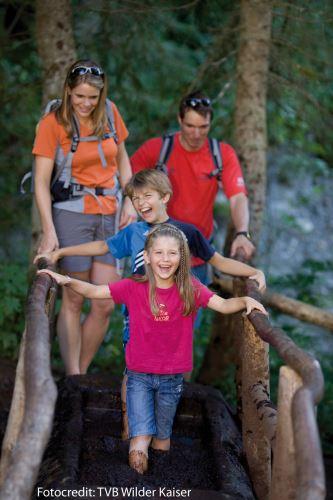 Very Matsch! Bei der Wanderung mit dem Koala mandl erlebt die ganze Familie die Bergwelt mit allen Sinnen.