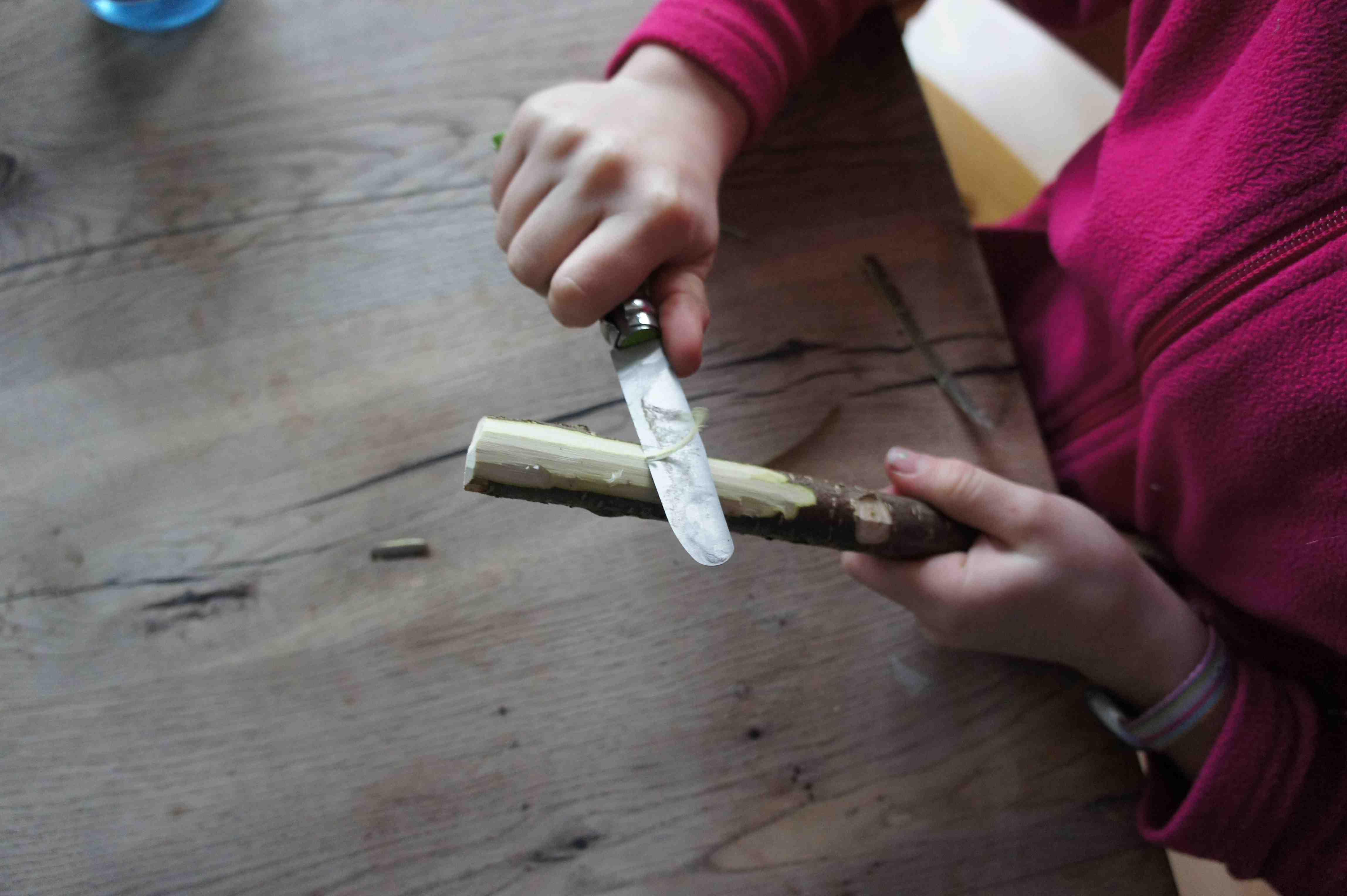 Beim Entrinden achtet bitte darauf, dass die Kinder das Messer weg vom Körper bewegen.   Foto: (c) Kinderoutdoor.de