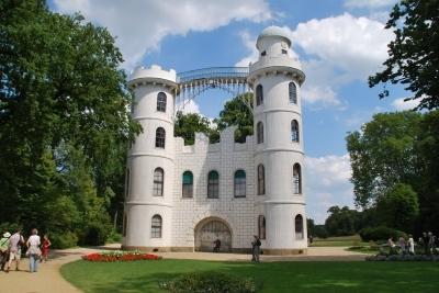 Das Schloss auf der Pfaueninsel in Berlin zieht die Kinder an. Schließlich könnte hier ein König wohnen! Foto: Uwe Wattenberg  / pixelio.de
