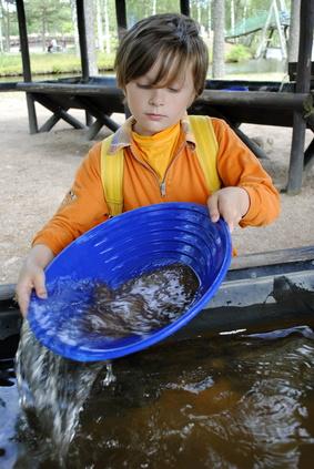 Ein Goldjunge! Outdoor KInder haben ihren Spaß beim Goldwaschen im Thüringer Wald.  Foto: © tinadefortunata - Fotolia.com