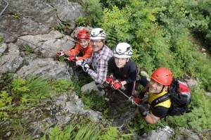 Mit Sicherheit Spaß dabei. Wer sich von Bergführern zeigen lässt, was bei einem Klettersteig zu tun ist, kann mit der Familie tolle Erlebnisse am Berg haben. Foto: (c) Salewa, Birgit Gelder