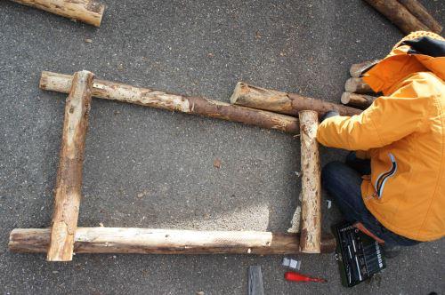 """Verbindet zwei Stangen, die einen Meter lang sind, mit zwei 0,5 m langen Hölzern zu einem """"Rahmen"""".  Foto: (c) Kinderoutdoor.de"""