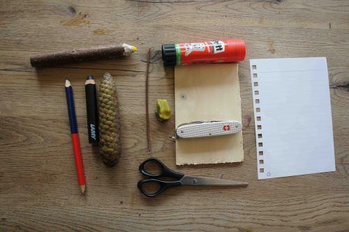 Hier ist unser Material das wir für den Bau der Wetterstation brauchen. Bis auf den Fichtenzapfen habt Ihr sicher alles zuhause. Foto.(c) Kinderoutdoor.de