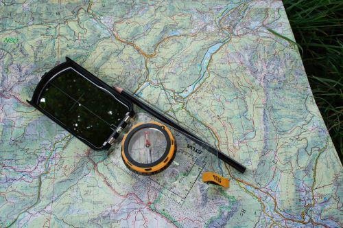 Nun das Peilergebnis, die Marschzahl, auf die Karte übertragen: Dazu den Kompass so ausrichten, dass die Zeigermarken auf der Ringskala genau zum Kartennorden zeigen. Parallel die Kompasskante auf der Karte zu dem Punkt verschieben, der im  Gelände anvisiert wurde und einen Strich entlang der Kompasskante ziehen. Foto: (c) Kinderoutdoor.de