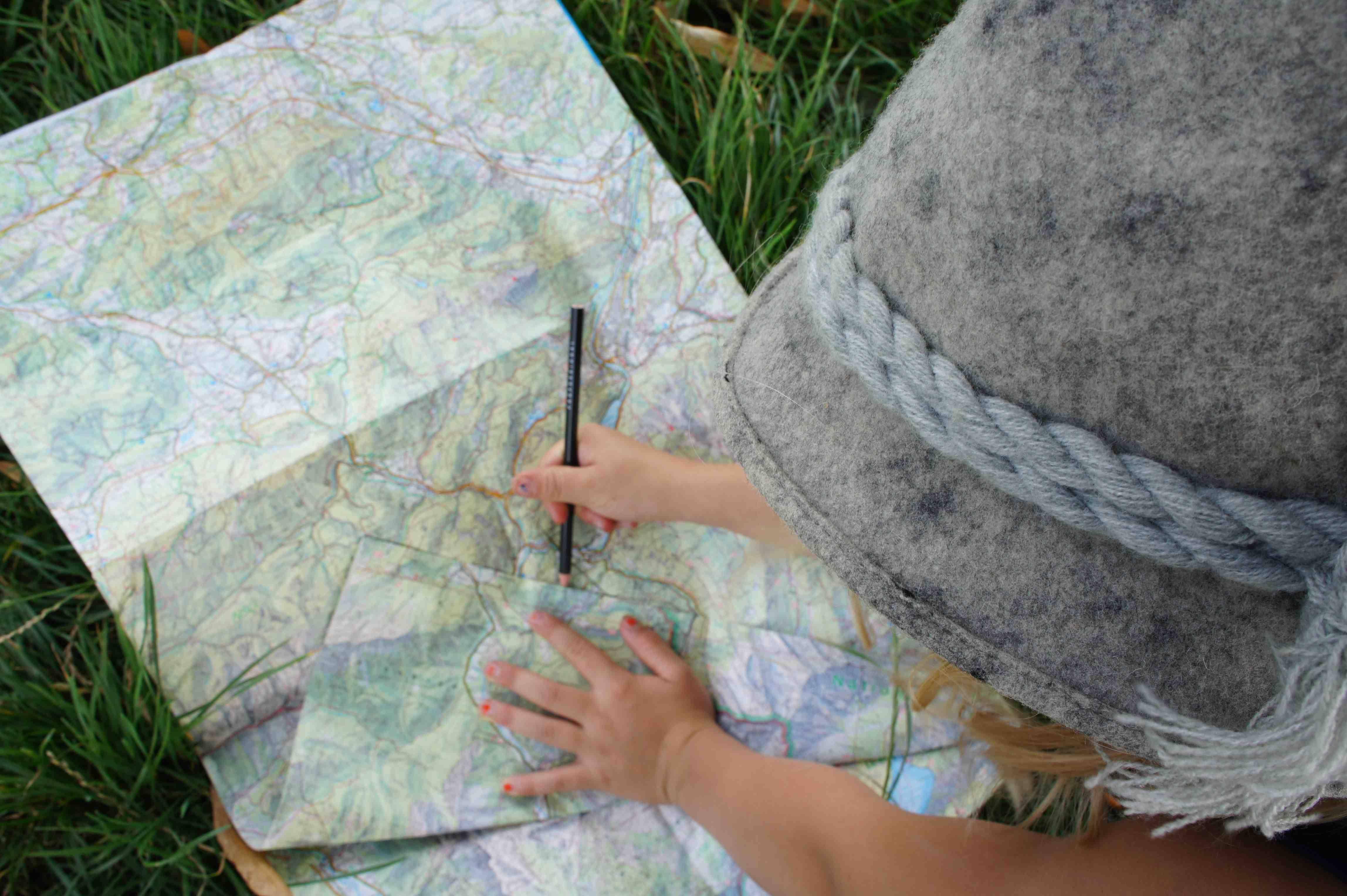 Ein Sonntagspaziergang ist ideal um das Können mit Karte und Kompass einzustudieren. Wenn Kinder und Eltern die einfache Funktionsweise verstanden haben, verlernen sie  es nicht mehr und finden bei den Outdoor-Abenteuern immer den richtigen Weg. Foto: (c) Kinderoutdoor.de
