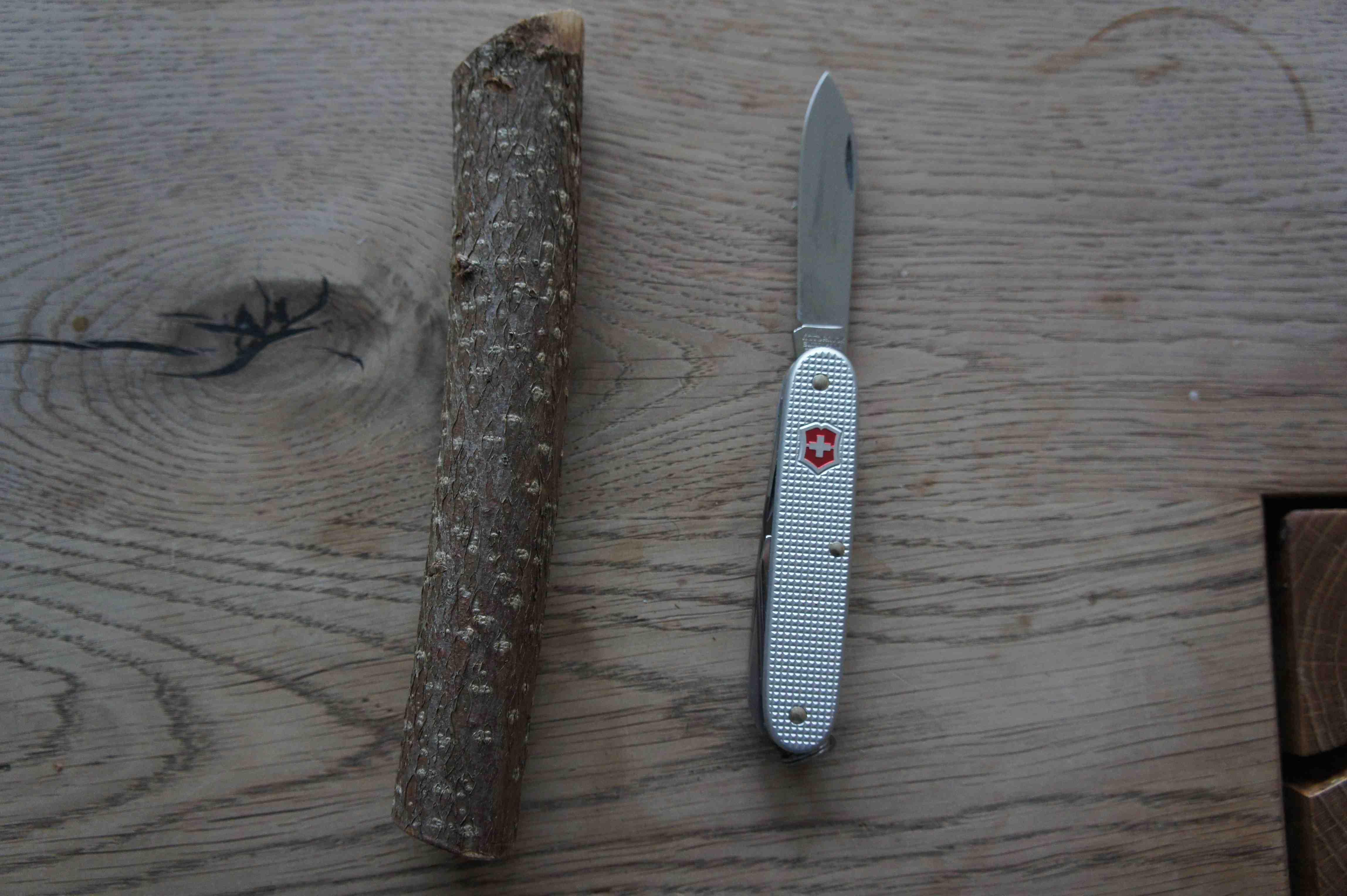 Ein Taschenmesser und ein Stück vom Haselnuss-Ast. Schon können die kleinen Holzschnitzer los legen. Foto:(c) Kinderoutdoor.de