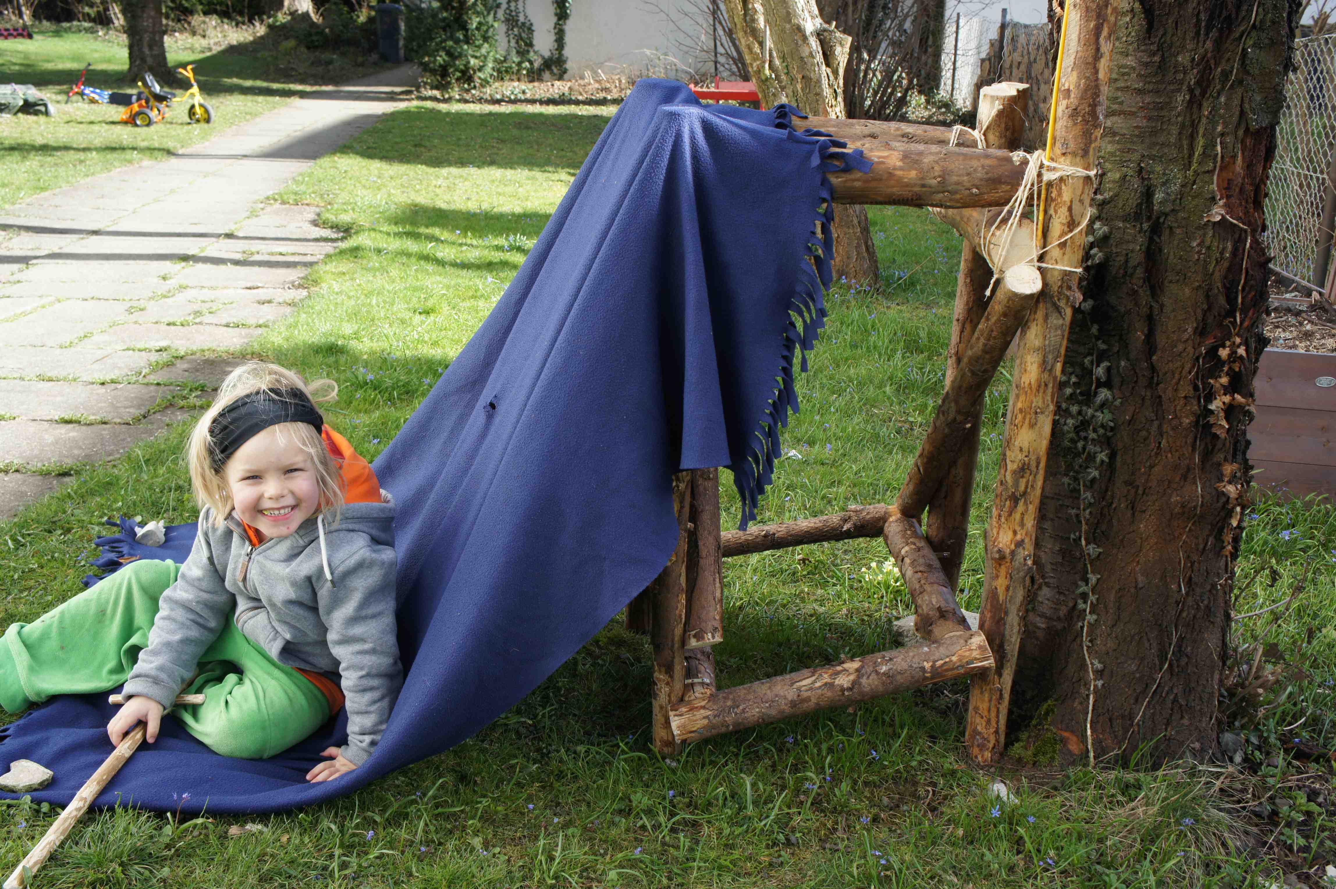 Käptn Goldkopf sitzt stolz vor der eigenen Piratenhöhle! Foto: (c) Kinderoutdoor.de