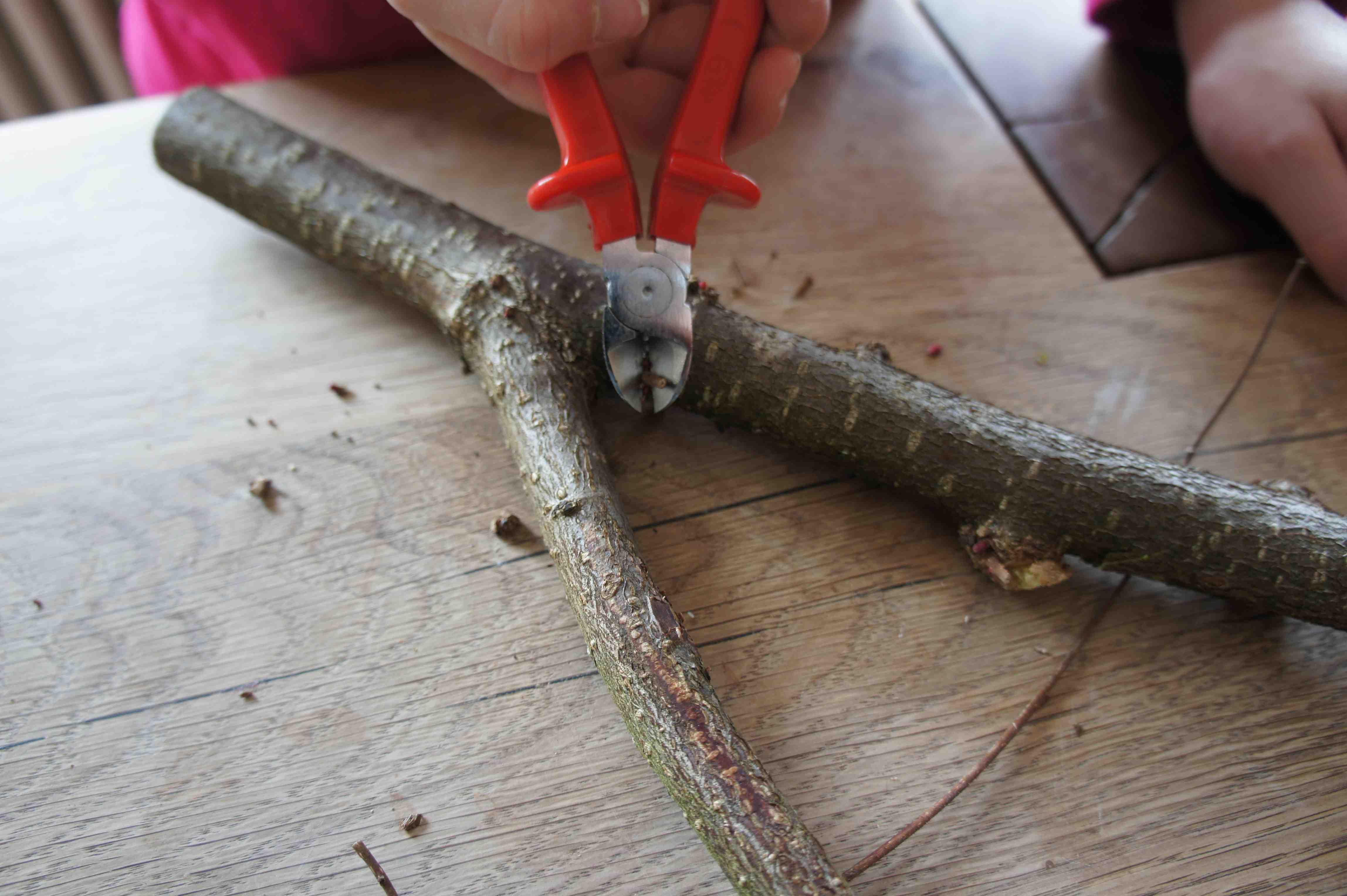 Zuerst schneidet Ihr mit der Zange oder dem Messer die Astgabe zurecht und entfernt die kleinen Zweige. Foto: (c) Kinderoutdoor.de