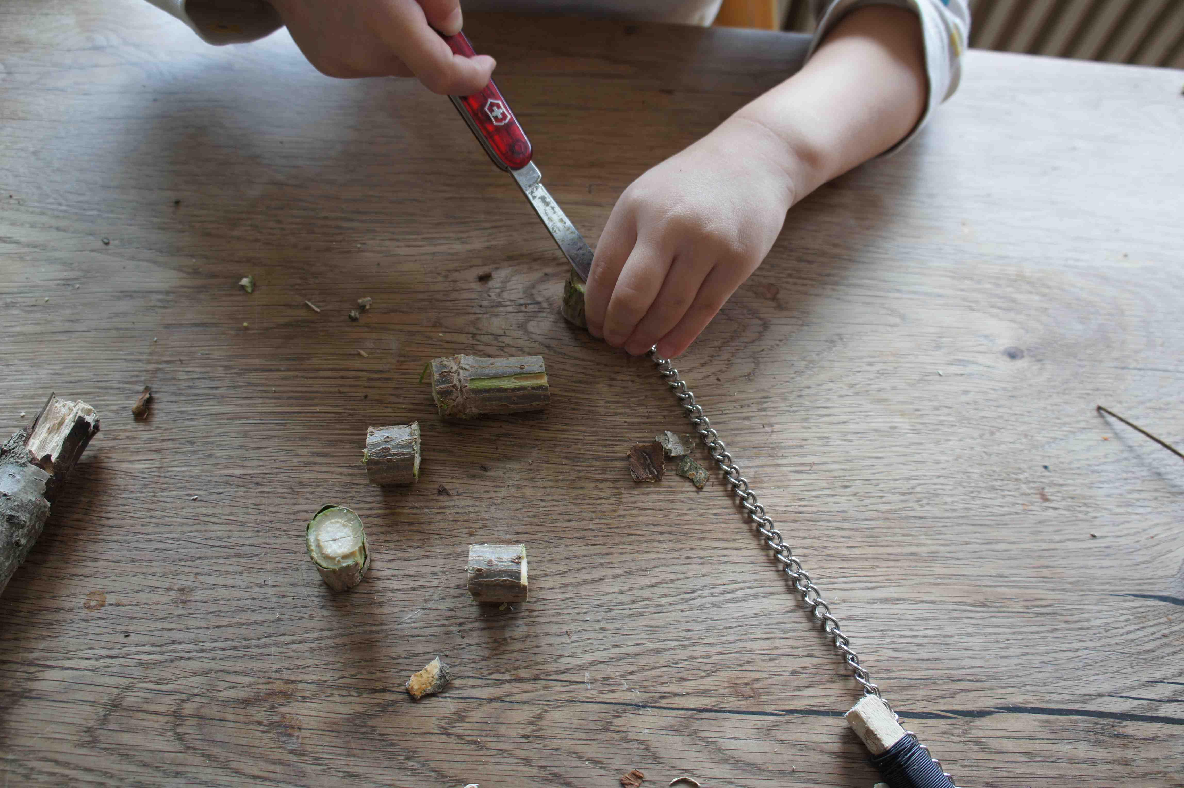 Mit dem Taschenmesser oder dem Dorn davon entfernen die Kinder das Mark aus dem Hollunder. Foto: (c) Kinderoutdoor.de