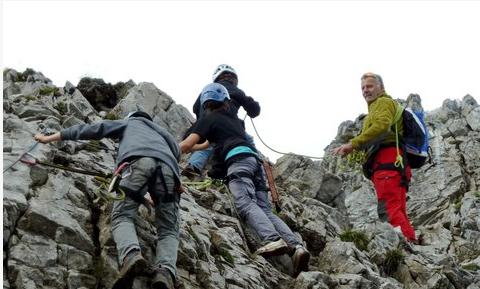 Teambuilding für die ganze Familie: Etwa beim Klettern können Eltern und Teenager im Rahmen der zweiten Teenage Outdoor Days in Warth-Schröcken gemeinsam Teamgeist entwickeln und jede Hürde meistern.  Copyright: Warth-Schröcken