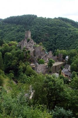 Ein Ort, zwei Burgen. In der Eifelstadt Manderscheid gibt es bei der Wanderung zwei mittelalterliche Festungen zu bewundern. Kinder erkunden diese Gemäuer gerne. Foto: Thomas Max Müller  / pixelio.de