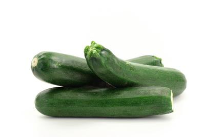 Lecker Zucchini, daraus lassen sich leckere gefüllte Röllchen für den Grill zubereiten. Foto: w.r.wagner  / pixelio.de