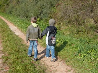 Im Hunsrück finden Kinder beim Wandern das Abenteuer und quengeln garantiert nicht. Foto: Bettina Stolze  / pixelio.de
