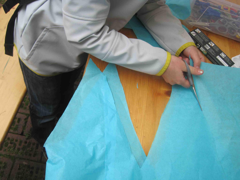 Schneidet oben das Seidenpapier ein BEVOR Ihr die Bahnen zu einem Schlauch verklebt. Foto:(c) Kinderoutdoor.de