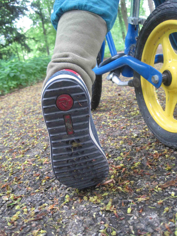 Mit der Gore-Tex Surround Produkttechnologie ist der Primigi Muriel ausgestattet. Fußschweiß kann auch aus der durchbrochenen Sohle entweichen.  Foto: (c) Kinderoutdoor.de