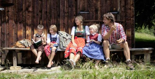 Müde und satt, wie schön ist dat! Wandern mit den Kindern ist in der Tiroler Zugspitz Arena ein Erlebnis. ww.zugspitzarena.com