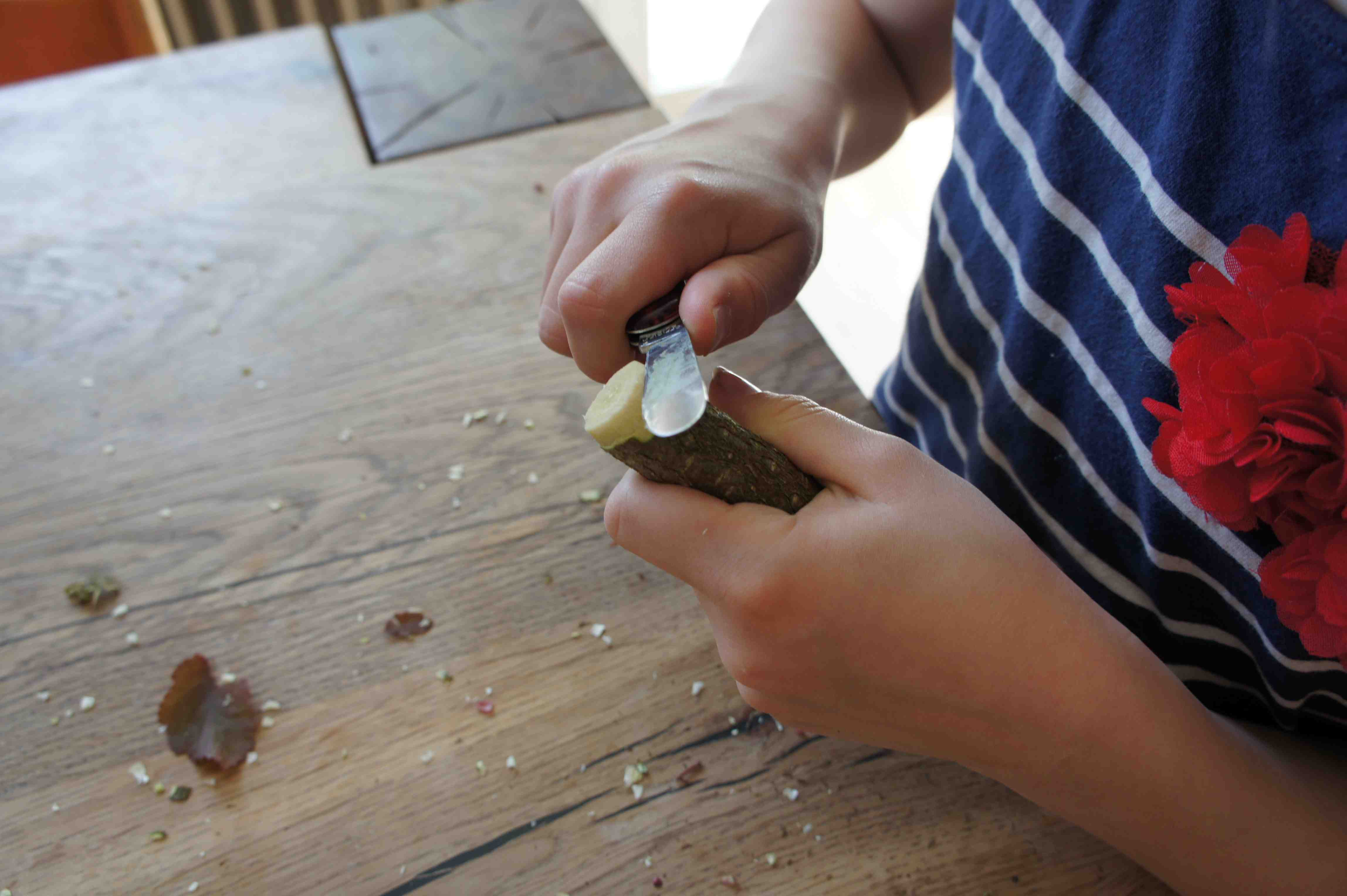 Hier schnitzen die Kinder eine runde Spitze an einem Ende vom Haselnuss-Ast. Foto: (c) Kinderoutdoor.de