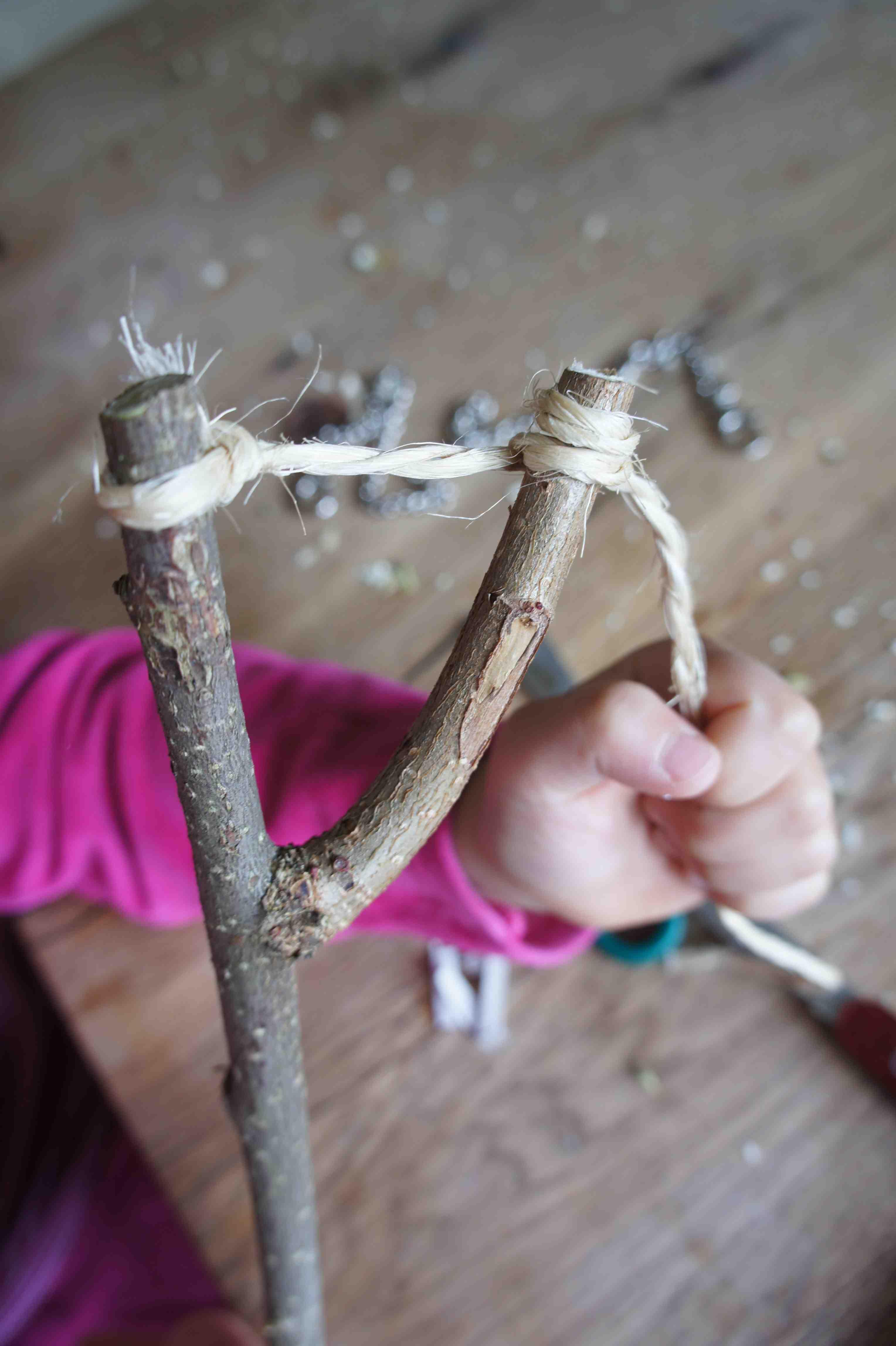 Ohne den Wurfarm hebt unser Wurfpfeil nicht ab. Spannt die Schnur in der Astgabel. Foto. (c) Kinderoutdoor.de