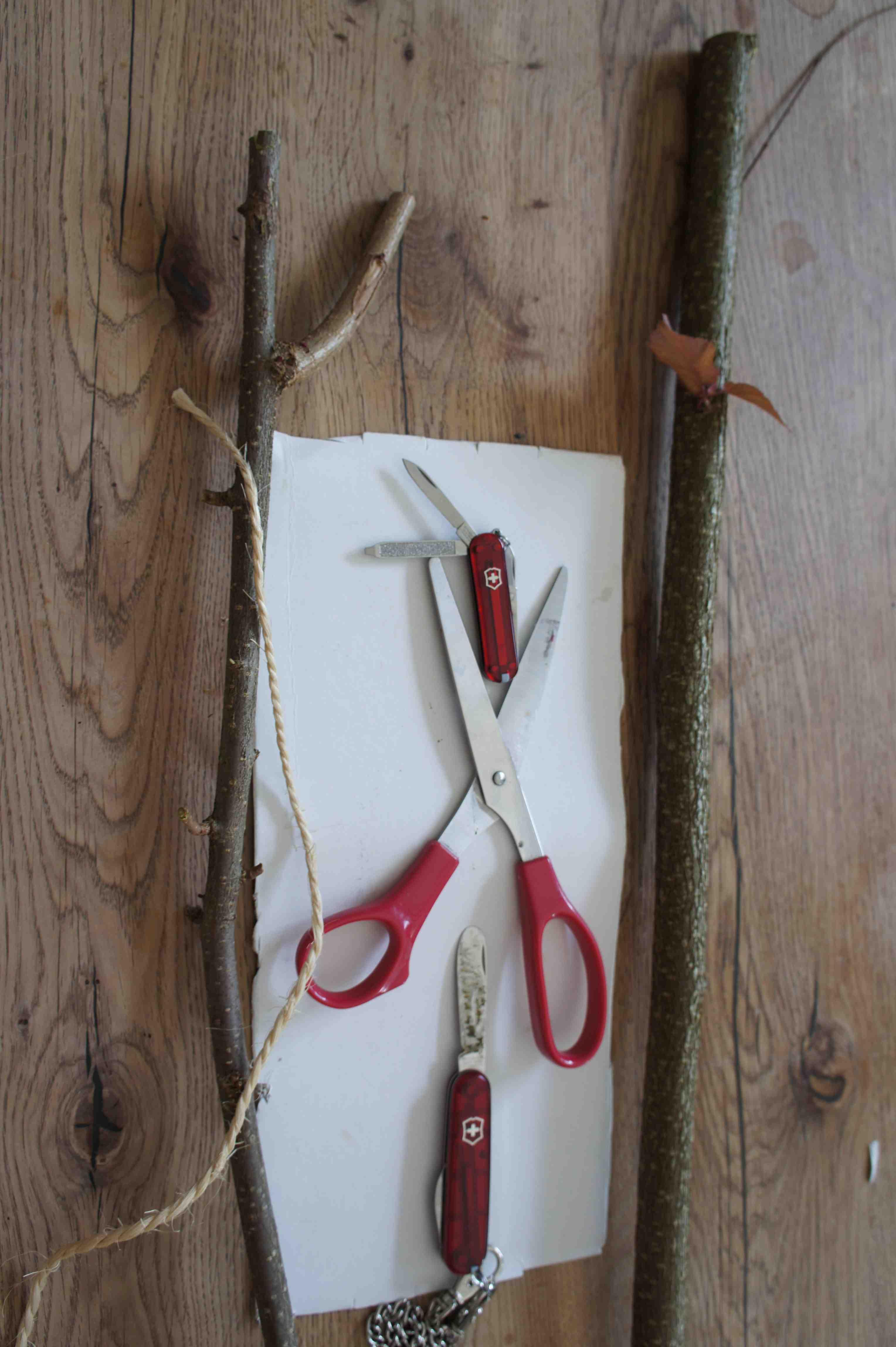 Den Weg zum Bastelgeschäft könnt Ihr Euch sparen. Um den Wurfpfeil zu basteln habt Ihr sicher alles an Material zuhause. Foto: (c) Kinderoutdoor.de